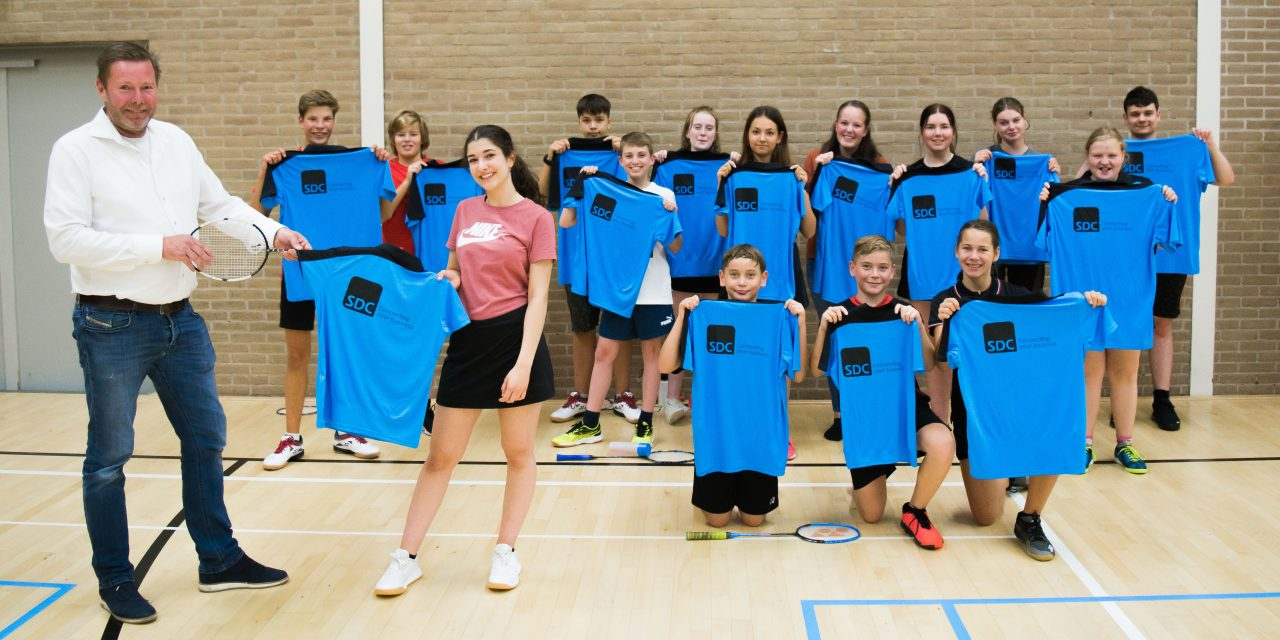 Competitiespelers ontvangen shirts van nieuwe sponsoren